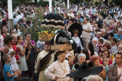 A portugál Coimbrai Egyetem folklórcsoportja a 8. nyírségi nemzetközi néptáncfesztivál nyitógáláján a nyíregyházi Kossuth téren 2017. augusztus 16-án. MTI Fotó: Balázs Attila